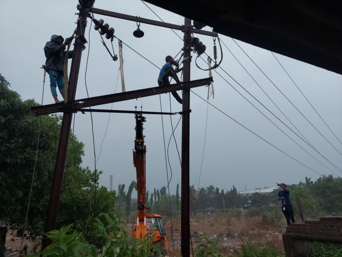 तौत्के चक्रीवादळा नंतर ऊर्जा पुनर्संचयित करण्याचे काम.